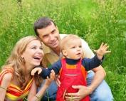 1832491-rodzice-z-dzieckiem-643-482
